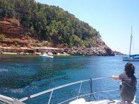 Mirando la costa desde el barco