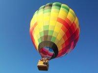 Globo colorido en vuelo
