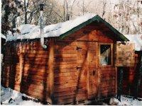 Cabaña nevada en el campamento