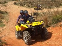 Conduciendo quad con amigos