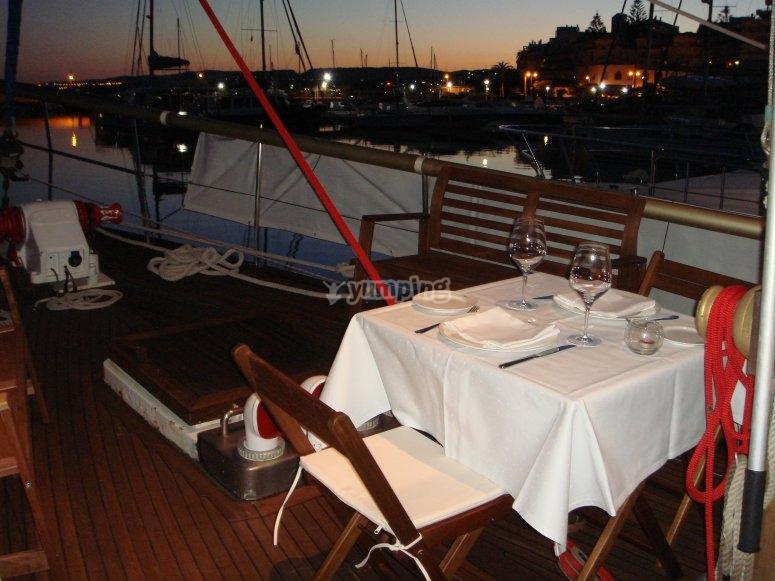 船头甲板桌子