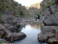 从岩石跳入水中登山运动