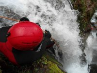 从山沟桥在瀑布-999护跳绳 - 垂降在级联