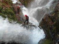 在水射流接近通过瀑布段