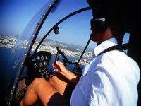 日落景色从驾驶舱试点直升机