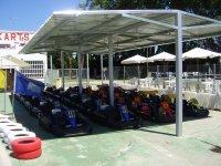 Karts en el parking del circuito