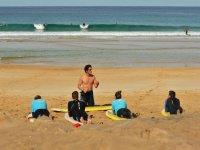 Lección de surf en la playa