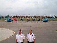 飞行员飞越海岸和车队
