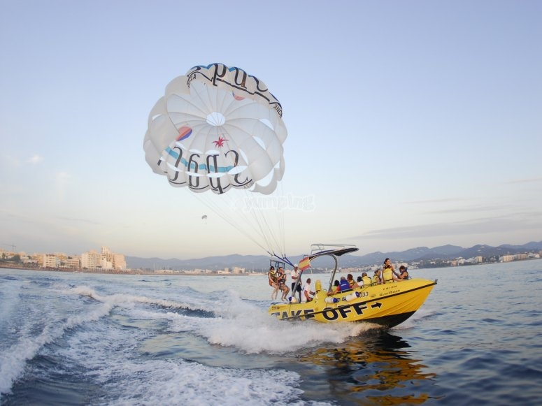 Sessione parasailing a Ibiza