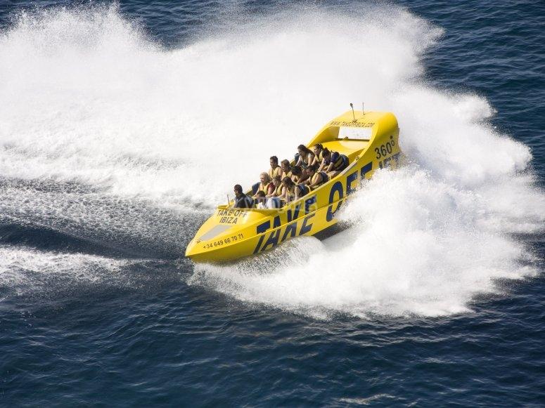 Rompiendo las olas en barco