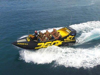 在伊比沙岛为儿童乘坐360º的喷射船