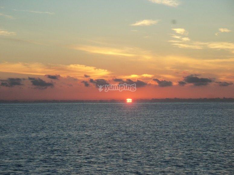 美丽的夕阳从海上。