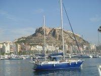 Nuestro velero en el puerto de Alicante.