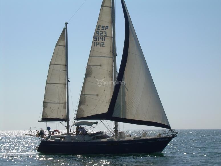 Nuestro velero navegando de través.