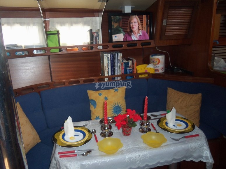 Comedor interior del barco, con TV