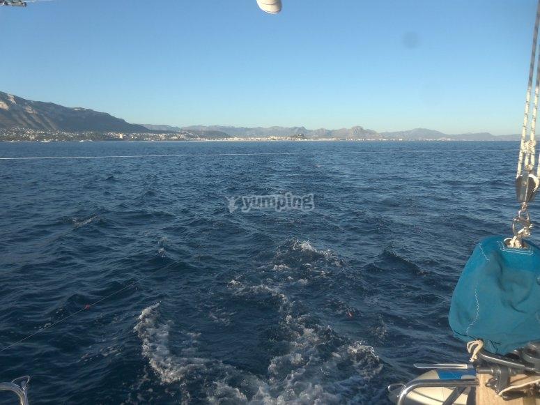 从我们的帆船海岸的视图。