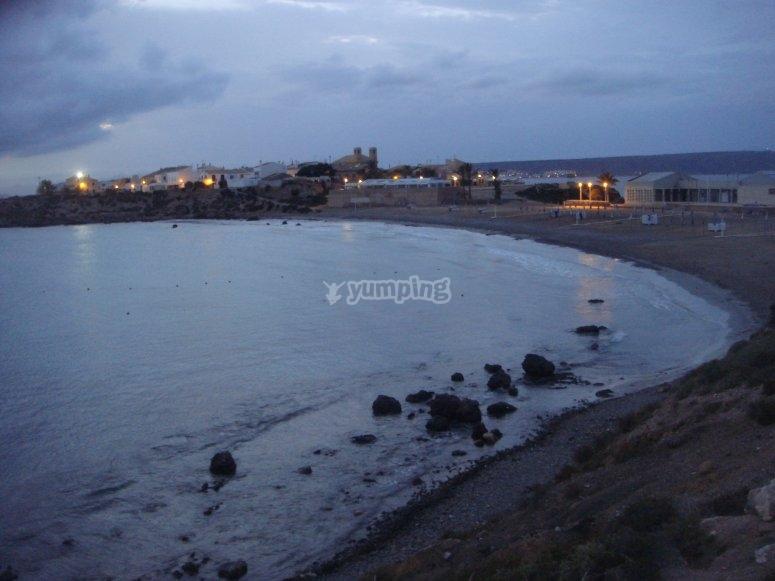 Tabarca在日落时从海上。