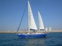我们的豪华帆船离开港口。