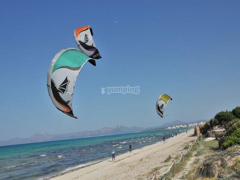 Volando la cometa de kitesurf