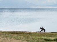 浪漫的散步走路的湖泊旁