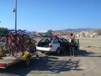 Llevando las bicis hasta el parque natural