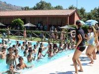 Bailando en la piscina del campamento