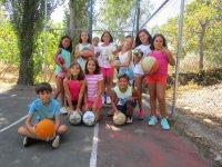 Baloncesto en la pista deportiva