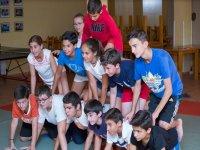 Chicos y chicas formando una piramide