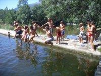Saltando nella piscina naturale