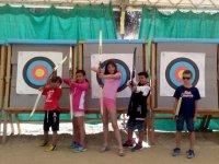 Apuntando con arcos y flechas