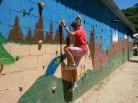 Escalando la pared decorada