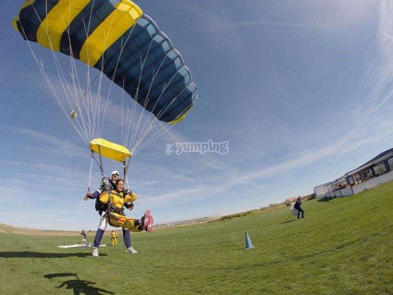 Aterrizando con paracaidas