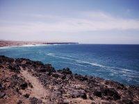 Playa rocosa en Fuerteventura paseo vela