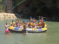 Grupo de jóvenes subidos a las embarcaciones