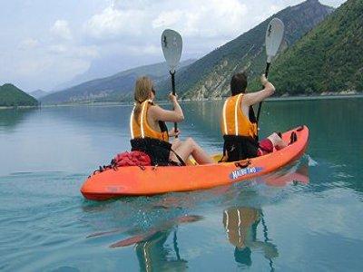 在Calm Waters,比利牛斯水库的成人皮划艇