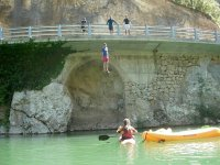 Saltando al río