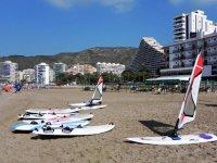 Tavoli e vele sulla spiaggia