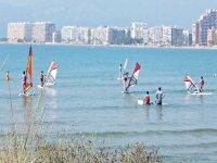 Studenti che imparano il windsurf