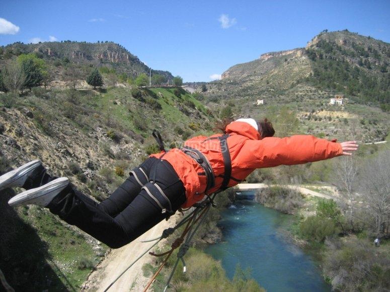 Prueba el puenting en el río Cabriel