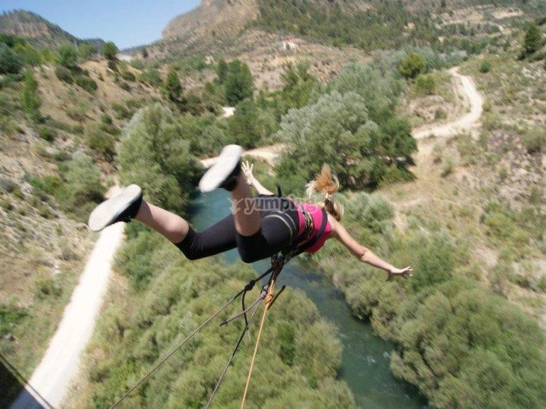 Salto de puenting mujer