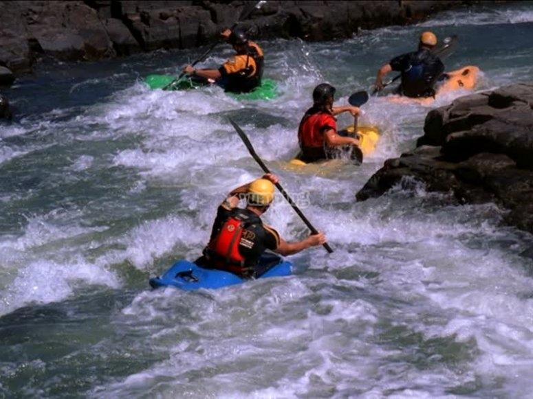 Atravesando aguas bravas en kayak