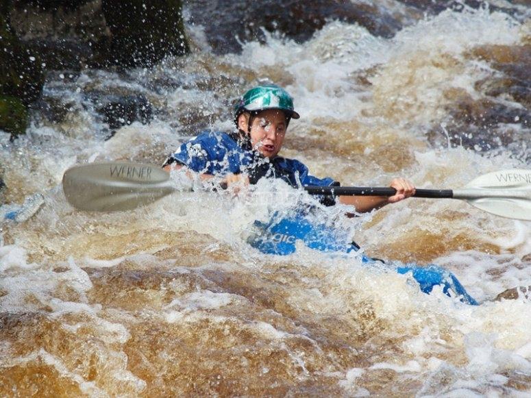 Disfrutando de los rápidos en kayak