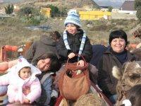 Niños y familia en camello