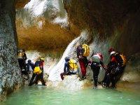 Grupo entre las rocas del barranco