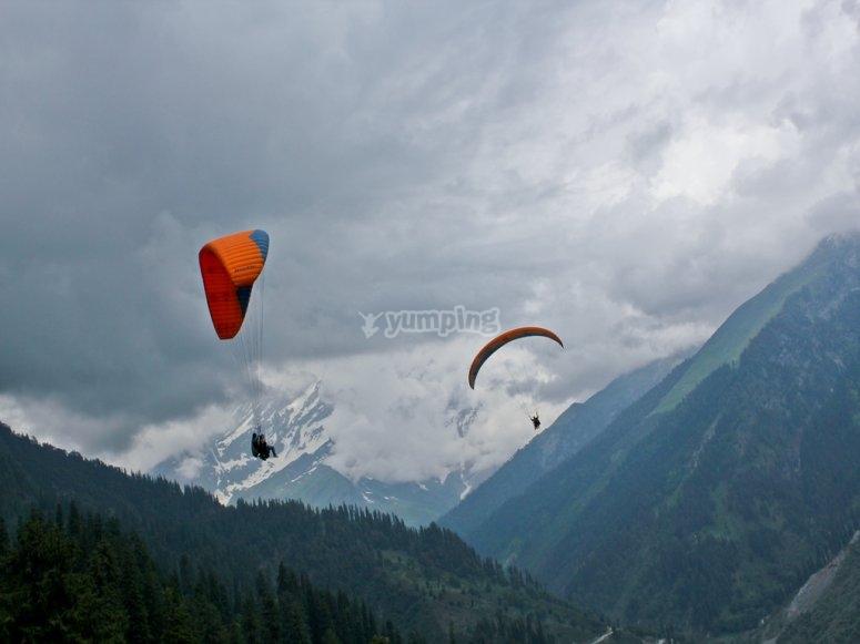 Simultaneous paraglide flights