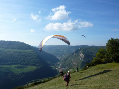 来自Liri的比利牛斯山滑翔伞