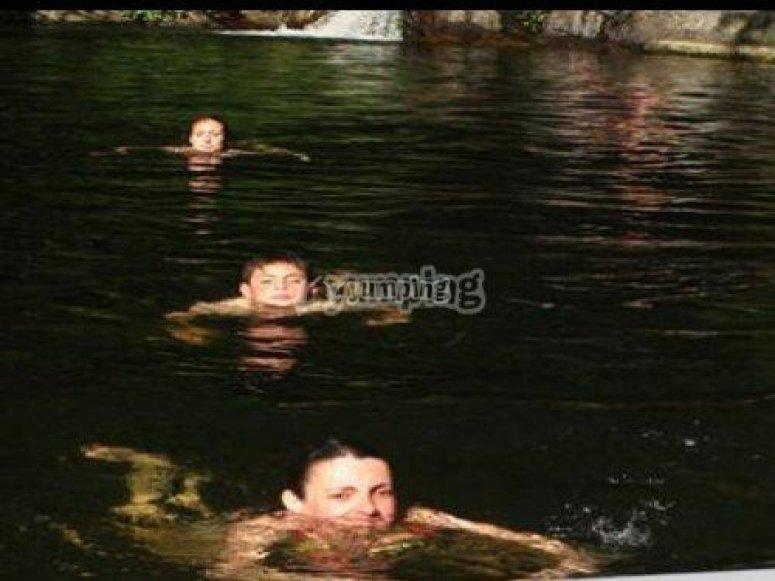 infantes en el agua