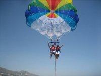 上面的天空滑翔伞马拉加的航班马拉加海岸