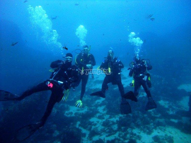 水肺潜水员跳水在塔里