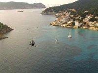 我们的一个直升机在岛屿飞行